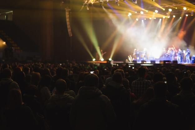 Duża sala koncertowa wypełniona widzami przed sceną