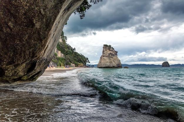Duża skała na cathedral cove plaży, półwysep coromandel, nowa zelandia