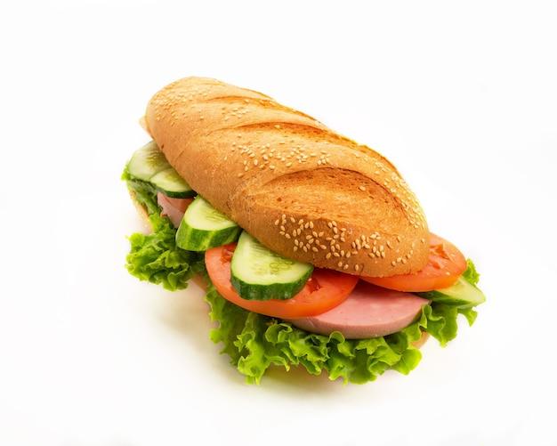 Duża smaczna kanapka na białym tle
