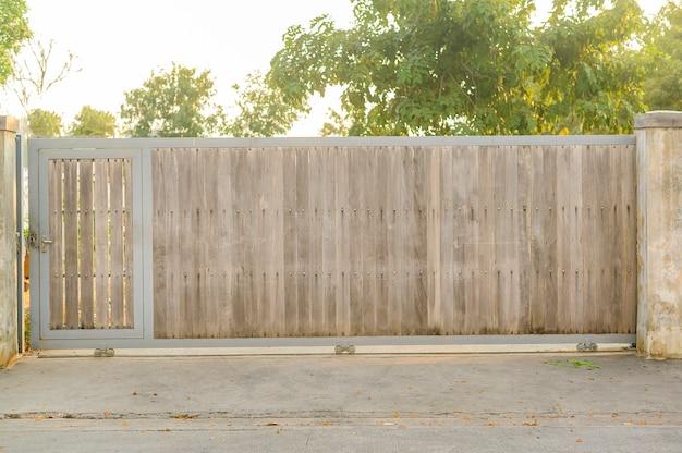 Duża stara drewniana brama wejściowa, koncepcja tło