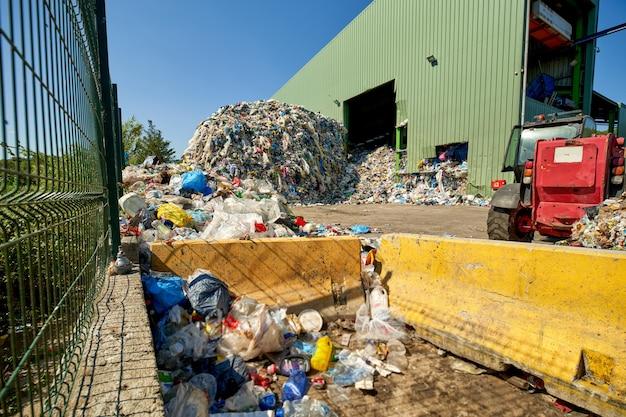 Duża sterta śmieci w zakładzie przetwórczym