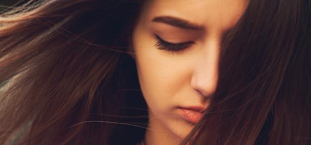 Duża strata. smutna kobieta. sfrustrowane emocje. koncepcja urazy i gniewu, żalu i kłopotów
