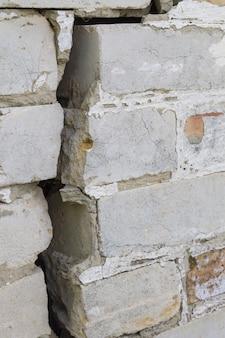Duża szczelina w ceglanej ścianie domu