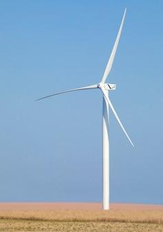 Duża turbina wiatrowa przeciw błękitne niebo
