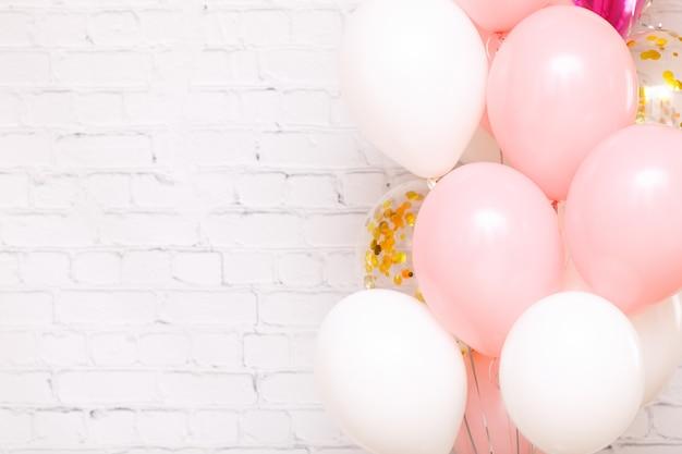 Duża wiązka różowych i białych balonów urodzinowych karta zaproszenie na przyjęcie urodzinowe miejsce na tekst