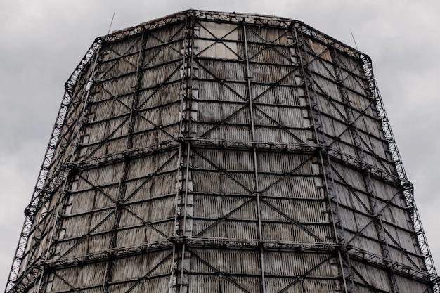 Duża wieża elektrociepłowni. zanieczyszczenie atmosfery. wzrost temperatury