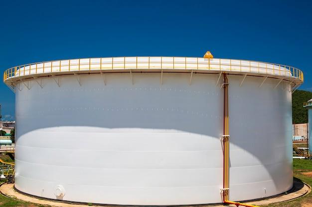 Duże białe zbiorniki na część zamienną stacji benzynowej i rafinerii.