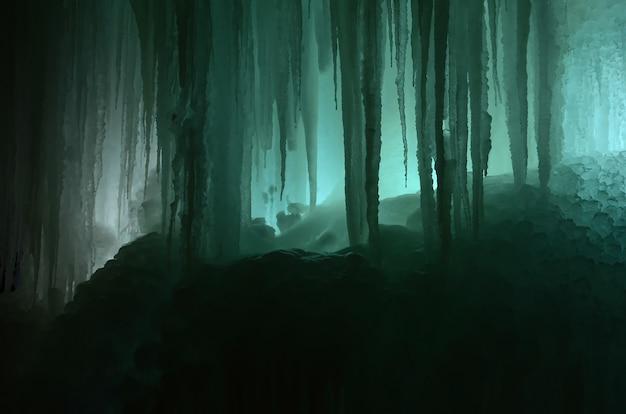 Duże bloki lodu zamarzniętym tle wodospadu lub jaskini