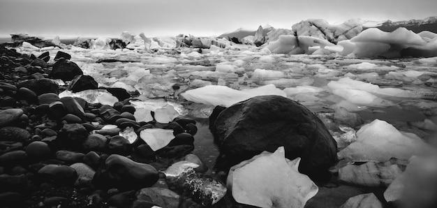 Duże bloki połamanego lodu z islandzkiego lodowca.