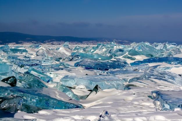 Duże bryły przezroczystego lodu na jeziorze bajkał