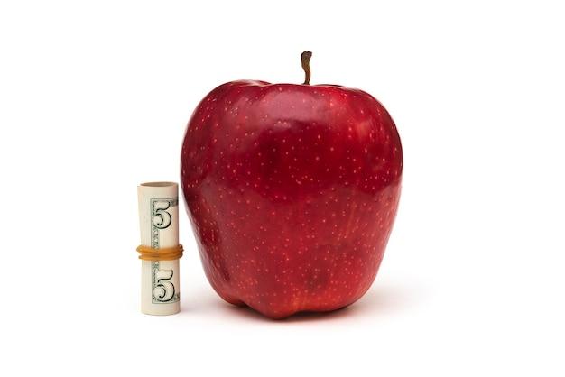Duże czerwone jabłko na białym tle