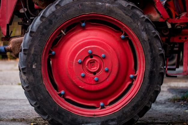 Duże czerwone koło ciągnika
