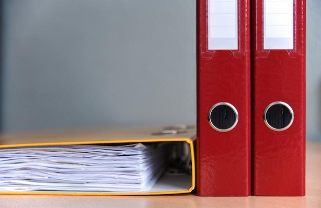 Duże foldery kolorów dla dokumentów na stole w biurze, zbliżenie, kopia przestrzeń