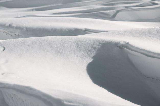 Duże głębokie zaspy w zimowym krajobrazie.
