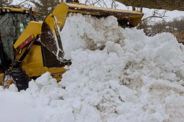 Duże grudki białego śniegu dryfującego po śniegu