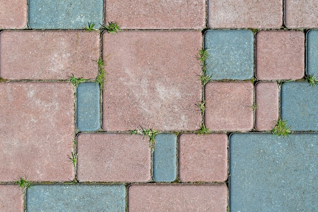 Duże i małe kwadraty i prostokąty w kolorze niebieskim i czerwonym.