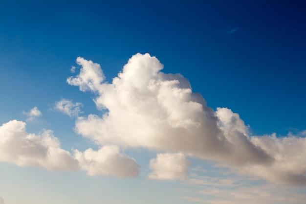 Duże i piękne chmury cumulus na niebieskim niebie