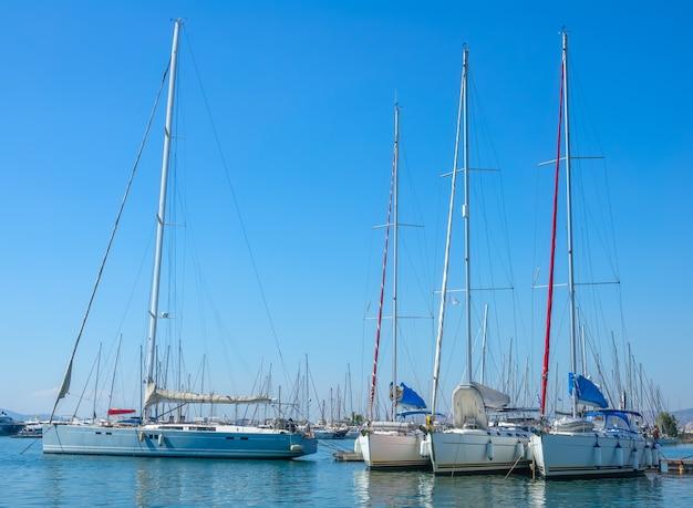 Duże jachty żaglowe w porcie w słoneczny letni dzień