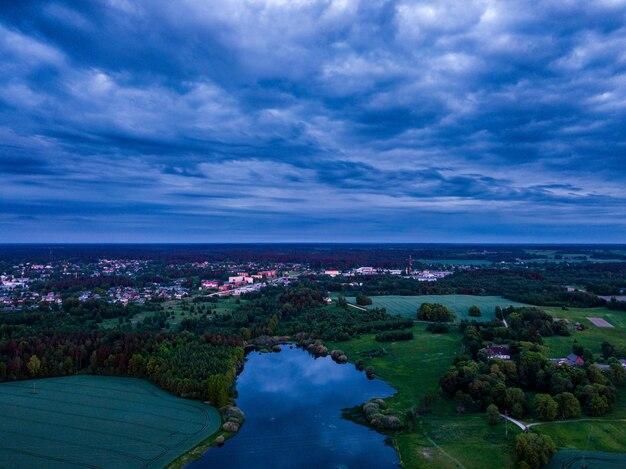 Duże jezioro z odbiciem chmury w nim