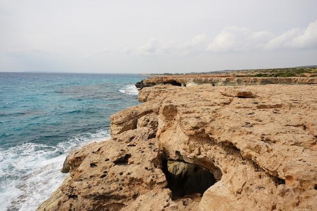 Duże kamienie na brzegu w ciągu dnia na cyprze
