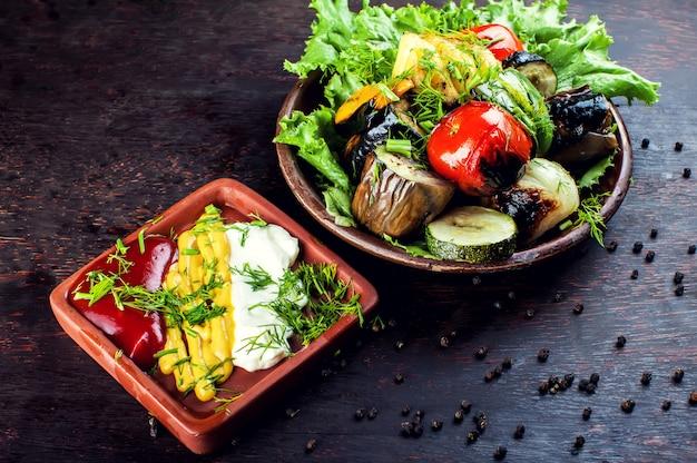 Duże kawałki różnych grillowanych warzyw