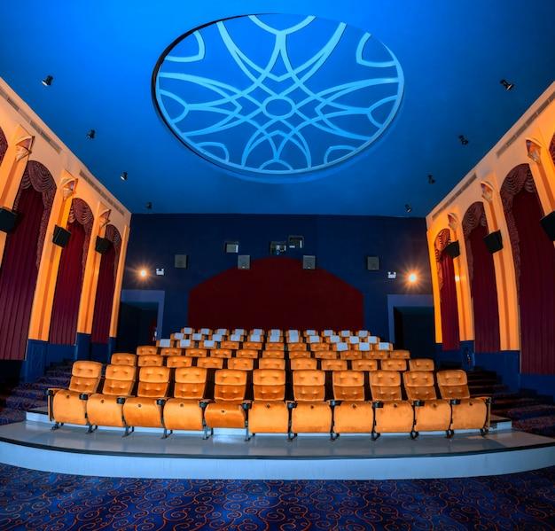 Duże kino z pustymi fotelami kinowymi.