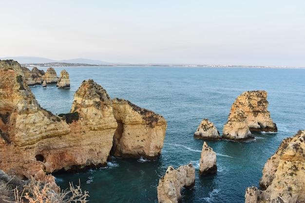 Duże klify wystające z wody w ciągu dnia w portugalii