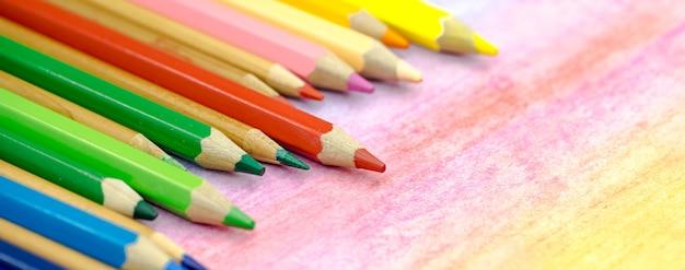 Duże kolorowe kredki z bliska