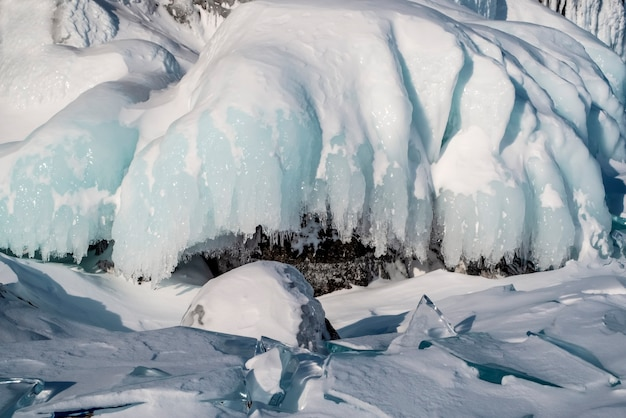 Duże kryształki lodu na jeziorze bajkał. rosja