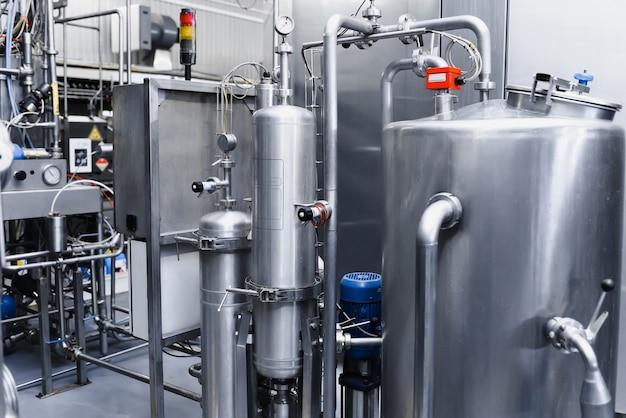 Duże metalowe zbiorniki do filtrowania i uzdatniania wody pitnej ze studni.