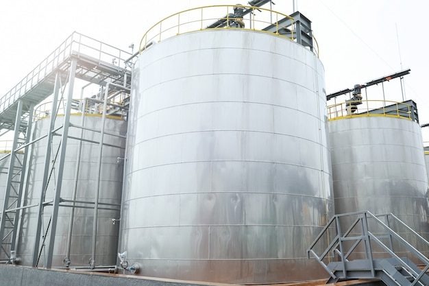 Duże metalowe zbiorniki do przechowywania produktów ropopochodnych