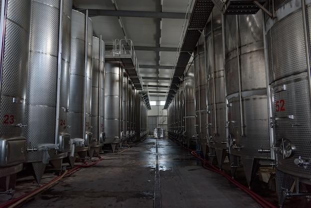 Duże objętości fermentory ze stali nierdzewnej używane do produkcji wina