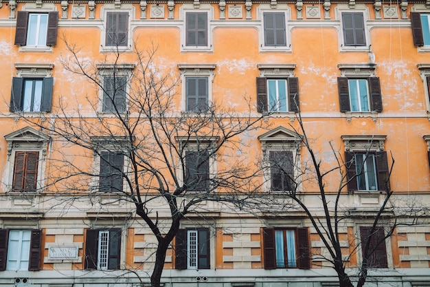 Duże okna w pomarańczowym budynku