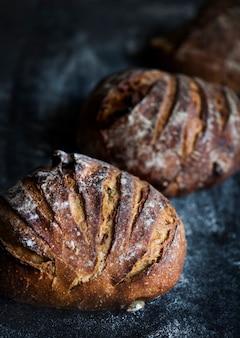 Duże okrągłe bochenki chleba pomysły na zdjęcia kulinarne