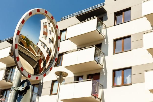 Duże okrągłe lustro w nowych budynkach