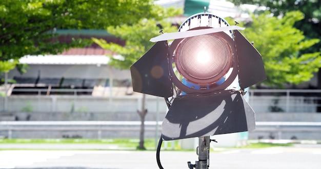 Duże oświetlenie studyjne ze statywem do produkcji wideo i kręcenia filmów w plenerze
