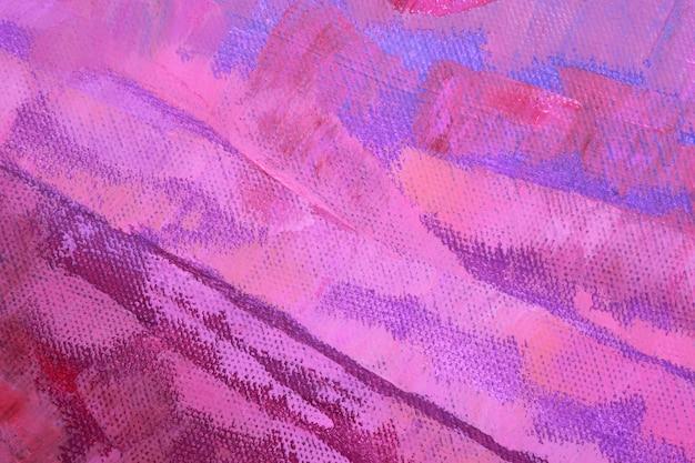 Duże pociągnięcia farby olejnej na płótnie w odcieniach bzu, różu i fioletu.
