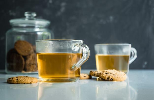 Duże przezroczyste kubki z parzoną zieloną herbatą