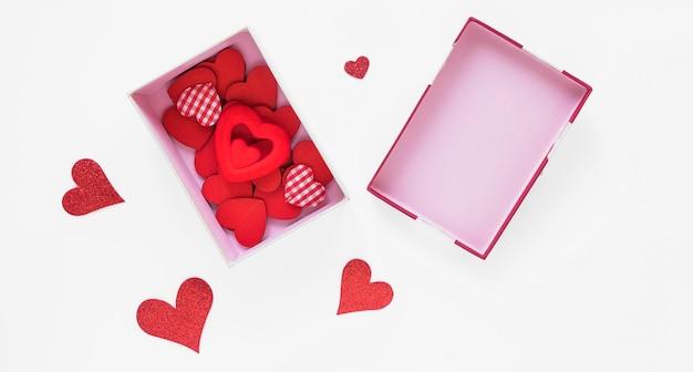 Duże pudełko z różnymi sercami