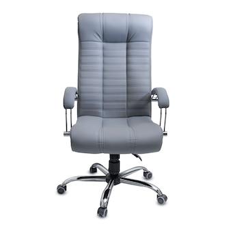 Duże puste krzesło biurowe z szarej skóry, na białym tle.