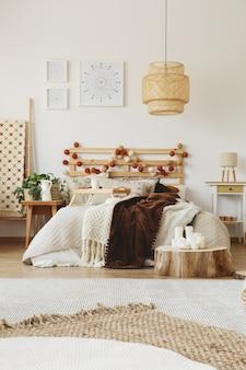 Duże, ręcznie robione łóżko z ciepłymi kocami narzuconymi na nie