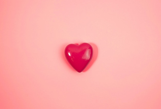 Duże różowe serce na różowym tle. koncepcja miłości