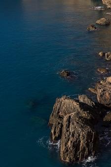 Duże skały i spokojny krajobraz morski