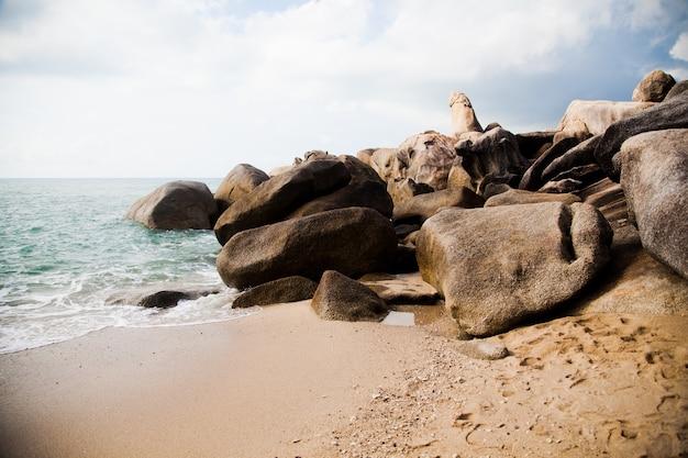 Duże skały obmywane przez ocean w tajlandii