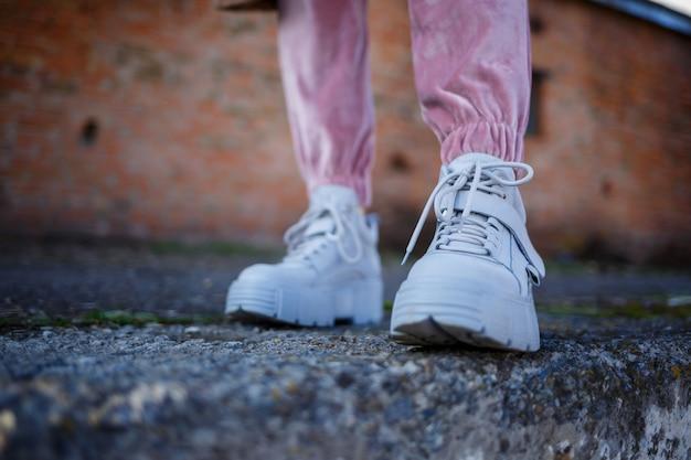 Duże skórzane buty damskie w kolorze szarym. nowoczesne trendy