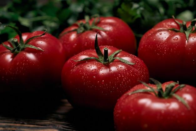 Duże soczyste pomidory na drewnianej desce