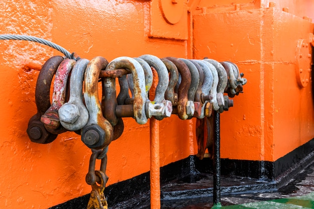Duże stalowe kajdany na statku dostawczym na morzu sprzęt do holowania