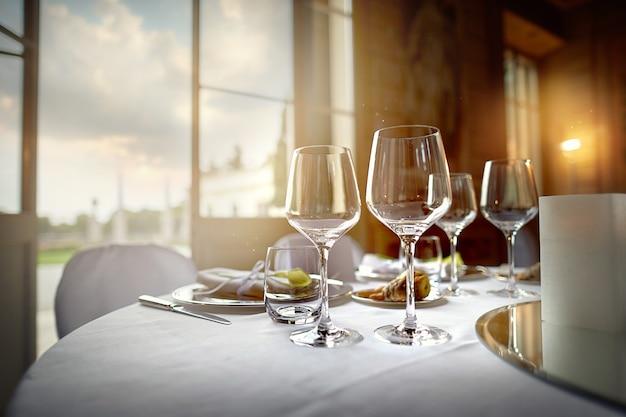 Duże świąteczne kieliszki do wina w restauracji na stole
