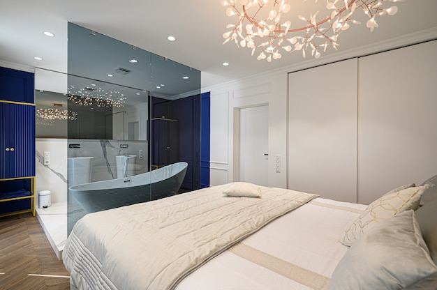 Duże wygodne podwójne łóżko w eleganckiej klasycznej sypialni