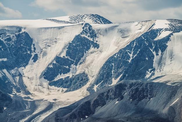 Duże zaśnieżone góry z lodowcami.